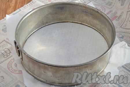 Форму d=21 см выстелить бумагой для выпечки.