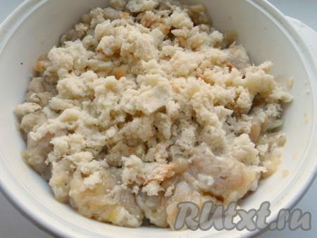 Также добавить вымоченные в молоке ломтики белого батона или булочки.