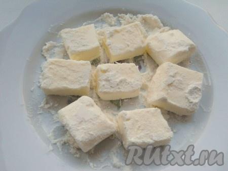 Холодное масло порезать кубиками весом около 15 г. Обвалять их в муке и поместить на некоторое время в морозильник.