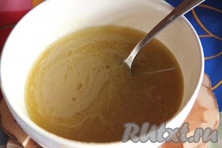 Полученный соус процедить через сито, а затем выпарить на сковороде до загустения.