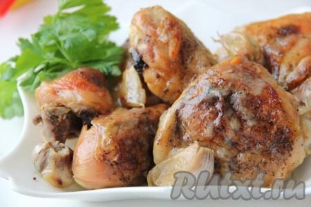 Курочку выложить на блюдо, полить соусом, украсить целым запеченным чесноком. Подавать к столу с гренками, смазывая их чесноком, который у нас сохранился целым.