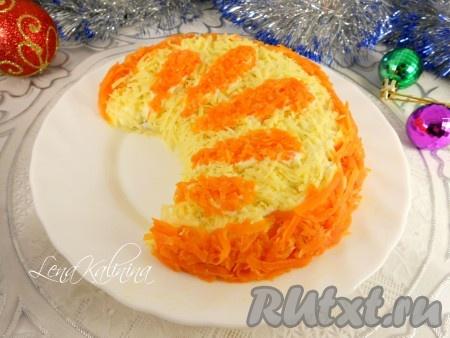 """Капли аккуратно посыпать натертой на средней или мелкой терке морковью, подравнивая ножом. Вот и все, необычайно вкусный и яркий салат """"Апельсиновая долька"""" готов! Поместить в холодильник на 2-3 часа и с радостью и гордостью подавать на праздничный стол - удивлять своих гостей и родных!"""