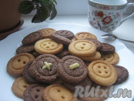 Время прошло. Достаём печенье из духовки и выкладываем на блюдо.
