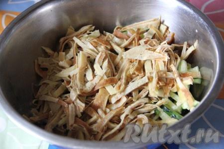 Свежий огурец и блинчики нарезать соломкой и добавить к копченому куриному мясу.