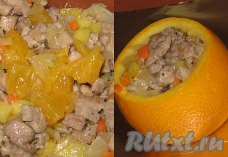 """Мякоть апельсина ее будет немного) очистить от пленок, мелко нарезать и с 2 столовыми ложками апельсинового сока подмешать к мясо-овощной начинке. Апельсиновые """"бочонки"""" заполнить начинкой до самого края."""