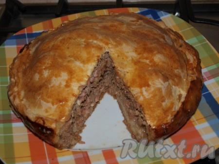 Начинка пирога может показаться красноватой - ничего страшного, это из-за томатной пасты.