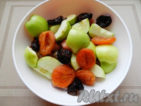 Сухофрукты вымыть горячей водой, яблоки нарезать четвертинками и удалить сердцевину. Смешать все составляющие для начинки, сбрызнуть ромом.