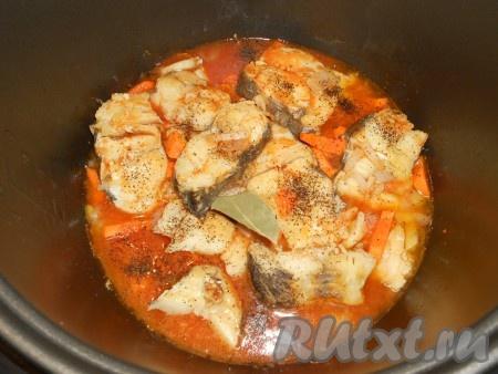 Томатную пасту развести в рыбном бульоне, посолить по вкусу, всыпать сахар. Влить соус в рыбу, посыпать черным молотым перцем, добавить лавровый лист.