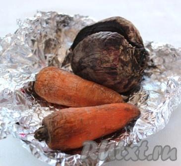 Свеклу и морковь завернуть в фольгу, запечь в духовке до готовности или отварить обычным способом, охладить и натереть на крупной терке.