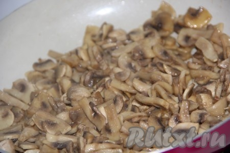 Обжарить грибы на сковороде в течение 15 минут.