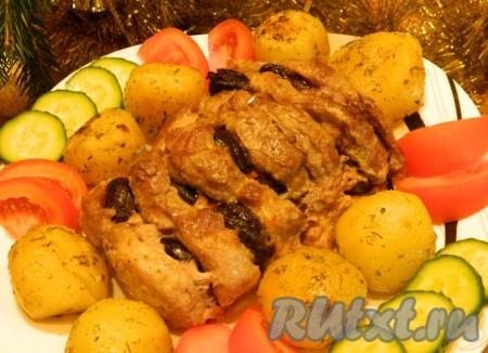 Наше сочное, ароматное мясо готово. Выкладываем на блюдо свинину, запеченную с черносливом, и подаем к столу. Приятного аппетита!