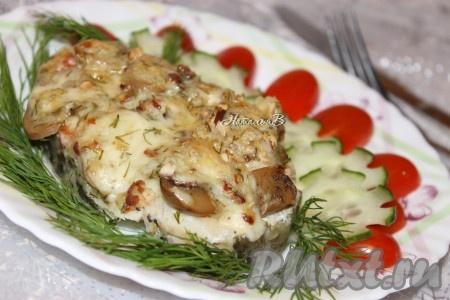 Готовую праздничную рыбку, запеченную в духовке, подавать со свежими овощами или салатом.