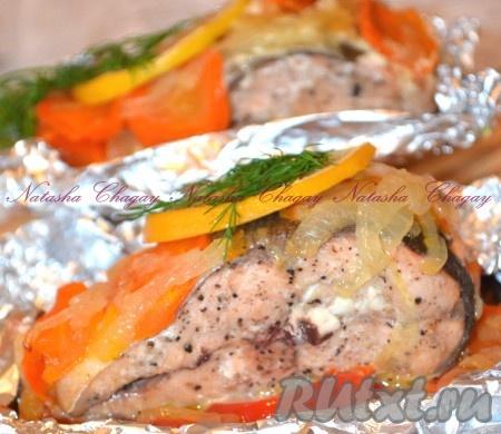 Готовую горбушу с овощами в фольге можно сразу подавать. Вкусная рыбка готова.