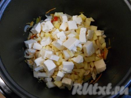 Далее на овощи и мясо выложить картофель и плавленный сыр, порезанные кубиками.