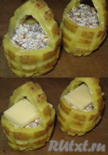 Картофельные корзиночки установить на противень, застеленный пергаментом, заполнить их начинкой, на начинку положить пластинку сыра, поставить в духовку, заранее разогретую до температуры 220 градусов. Запекать 10-12 минут до легкого зарумянивания.