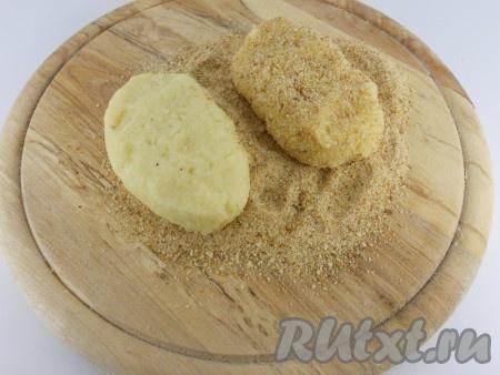 Из картофельной массы сформировать котлетки. Обвалять их хорошо в панировочных сухарях.
