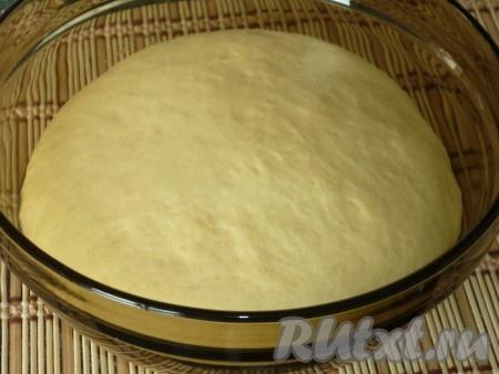 Когда тесто увеличится в объёме, можно начинать формировать кулебяку.