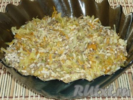 Рис отвариваем до готовности в подсоленной воде. Капусту шинкуем, лук нарезаем мелкими кубиками, морковь натираем на тёрке. Обжариваем овощи на растительном масле до готовности. Мясо отвариваем и пропускаем через мясорубку (я к мясу добавила ещё гусиную печень). Все начинки смешиваем, солим и перчим.
