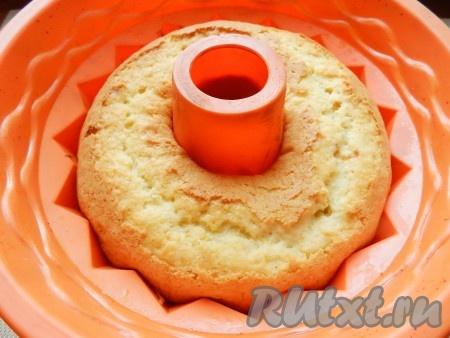 Выпекать кекс на сливках в разогретой до 170 градусов духовке 35-45 минут до приятного золотистого цвета. Готовность кекса проверить сухой деревянной палочкой.