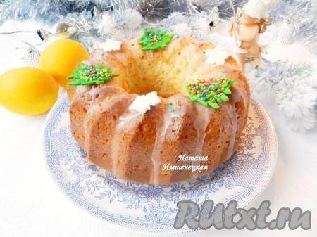 Кекс полить глазурью, украсить кулинарной посыпкой. Вкусный и ароматный кекс на сливках готов.