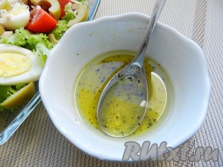 Для заправки смешать оливковое масло с лимонным соком, солью и перцем, перемешать и заправить салат.