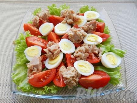 Выложить тунец из банки (жидкость слить) на помидоры и яйца.
