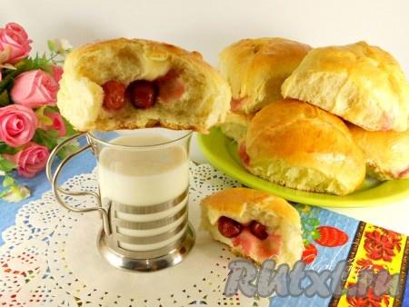 Готовым, просто необыкновенно нежным и вкусным дрожжевым пирожкам с вишней дать остыть и можно подавать к столу! Очень вкусно с домашним молоком - просто блаженство! Попробуйте обязательно!
