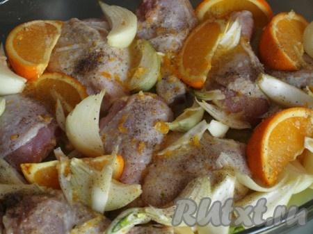 Оставшийся апельсин нарезаем дольками. Лук режем тоже достаточно крупно. Пропускаем чеснок через пресс. Чеснок, лук, апельсин и прованские травы добавляем к курице и перемешиваем. Если нужно, можно добавить соль и перец.