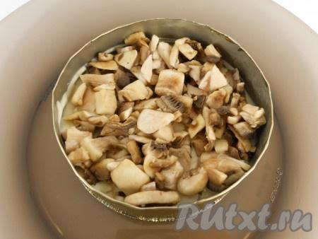 Далее - слой маринованных грибов. Также смазать майонезом.
