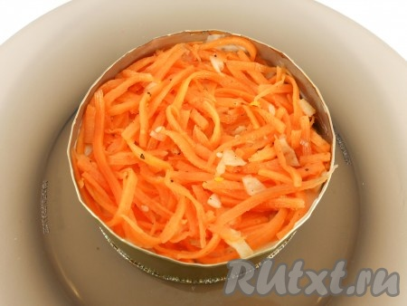 Следующий слой - корейская морковь (если полосочки моркови слишком длинные - измельчить).