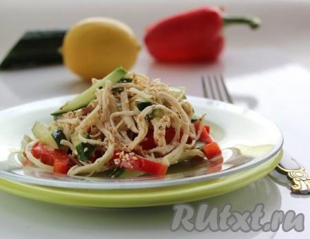 Выложить салат из куриной грудки и овощей в тарелку, посыпать кунжутом и подать к столу.
