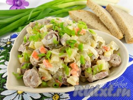 Поместить замечательный, очень вкусный салат с куриными сердечками в холодильник на 15-20 минут. Выложить в салатник и можно подавать к столу, посыпав сверху измельченным зеленым лучком. Вкусно!