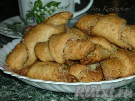 Выпекать творожные рогалики с ореховой начинкой 20 минут в духовке, разогретой до 180 градусов.