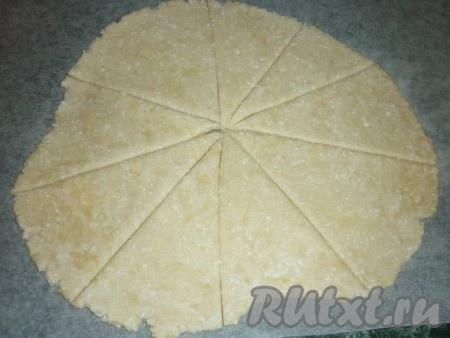 Разделить тесто на 4 части. Каждую часть раскатать в блинчик и разделить ножом на 8-9 секторов.