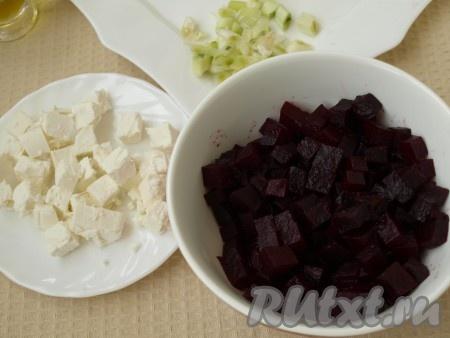 Режем кубиками свеклу и фету. Для приготовления заправки смешиваем оливковое масло, порезанный лук, винный уксус и 1 столовую ложку сока, выделившегося при нарезании апельсина.