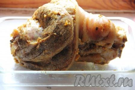 Закрыть крышку скороварки и готовить свиную рульку 1 час. Если у вас нет скороварки, можете приготовить голень в кастрюле, тогда времени вам понадобится 2 часа. Рульку достать, остудить и натереть обильно специямии чесноком, пропущенным через пресс.