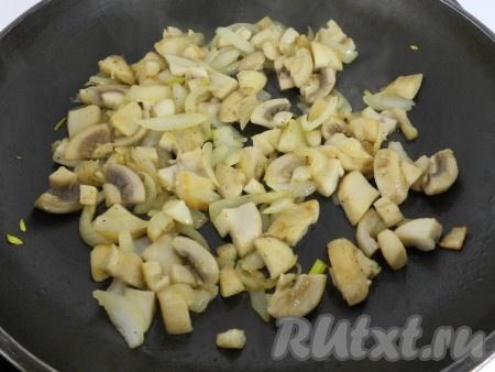 Обжарить на растительном масле вместе с измельченным луком.