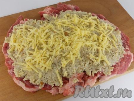Выложить начинку по всей поверхности отбитого мяса. Сверху посыпать тертым сыром.