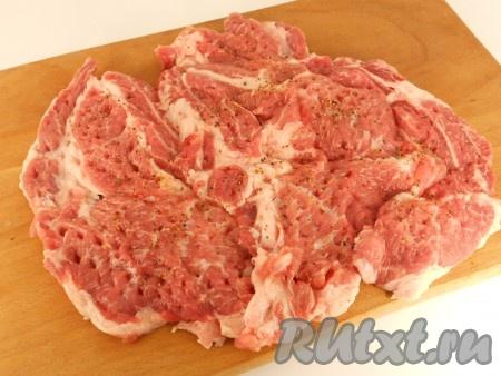 Развернуть кусок мяса, накрыть целлофаном и отбить молоточком. Посолить и посыпать черным молотым перцем.