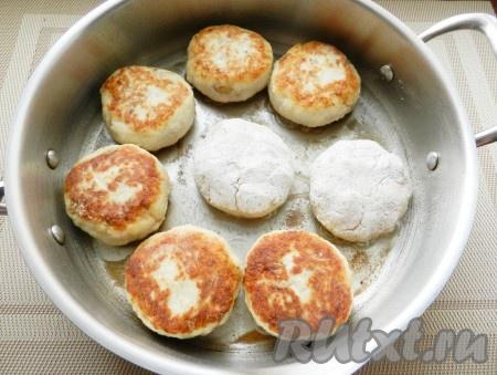 В сковороде разогреть растительное масло и обжарить биточки с грибами с обеих сторон до золотистой корочки.