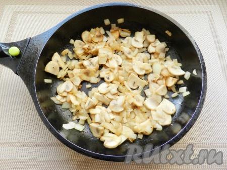Обжарить грибы на растительном масле до испарения жидкости, затем добавить лук, посолить, поперчить и обжарить все вместе до золотистого цвета.