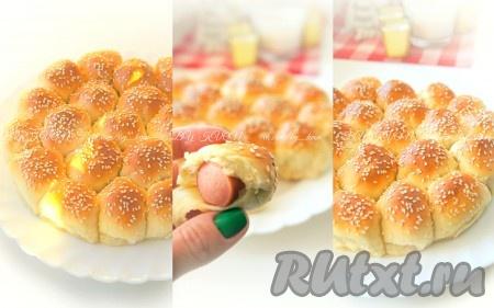 Горячие и румяные булочки смазать сливочным маслом, накрыть полотенцем и дать остыть.