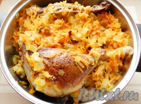 Переложить обжаренные лук и морковь в кастрюлю с мясом гуся.