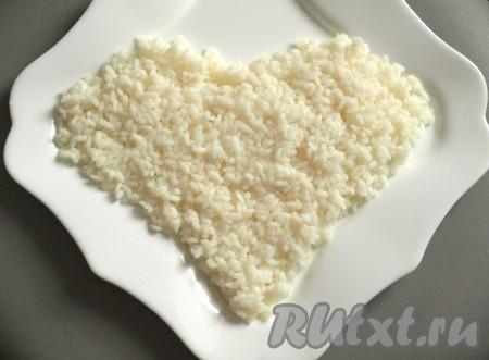 Рис отвариваем до готовности, выкладываем на блюдо в виде сердца и смазываем майонезом.