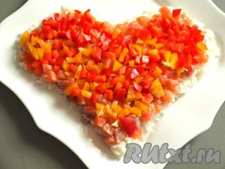 Помидор и болгарский перец, порезанные кубиками, перемешиваем и выкладываем на сёмгу, смазываем майонезом.