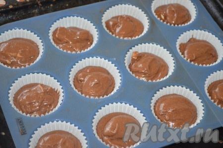 Тесто выложить в формочки на 2/3 высоты. Поставить кексы с белым шоколадом в разогретую до 180 градусов духовку примерно на 15-20 минут. Готовность проверять зубочисткой.