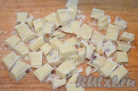 Белый шоколад поломать на мелкие кусочки.