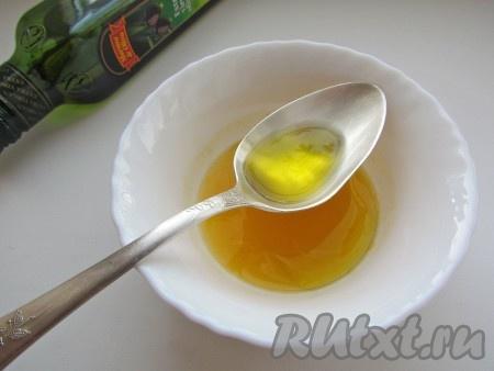 Смешайте мандариновый сок с оливковым маслом.
