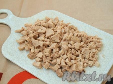 Куриное мясо режем кубиками.