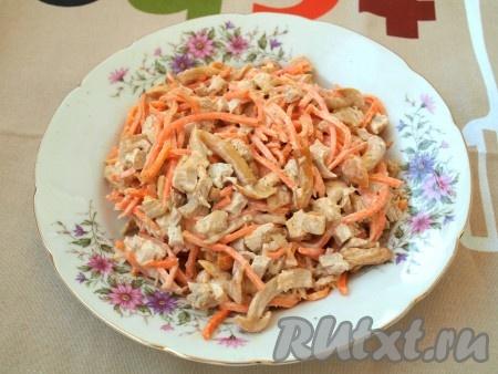 Смешиваем морковь по-корейски, маринованные опята и курицу, заправляем салат майонезом.